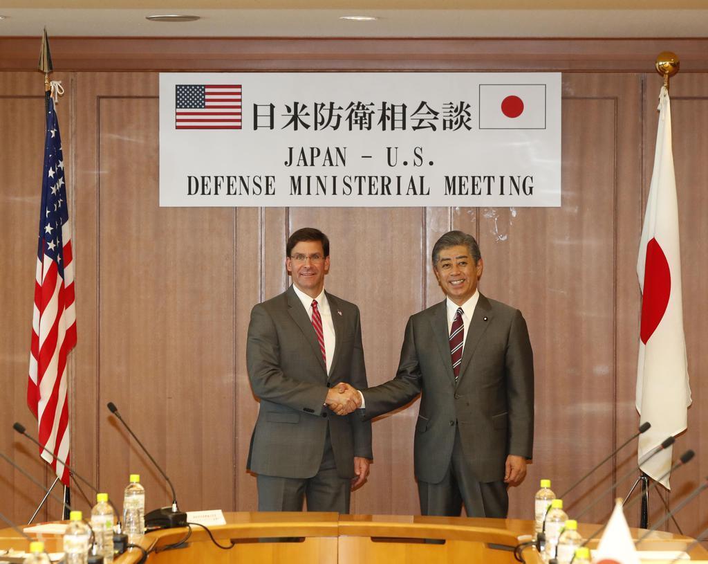 日米防衛相会談で握手するエスパー米国防長官(左)と岩屋防衛相=7日、防衛省