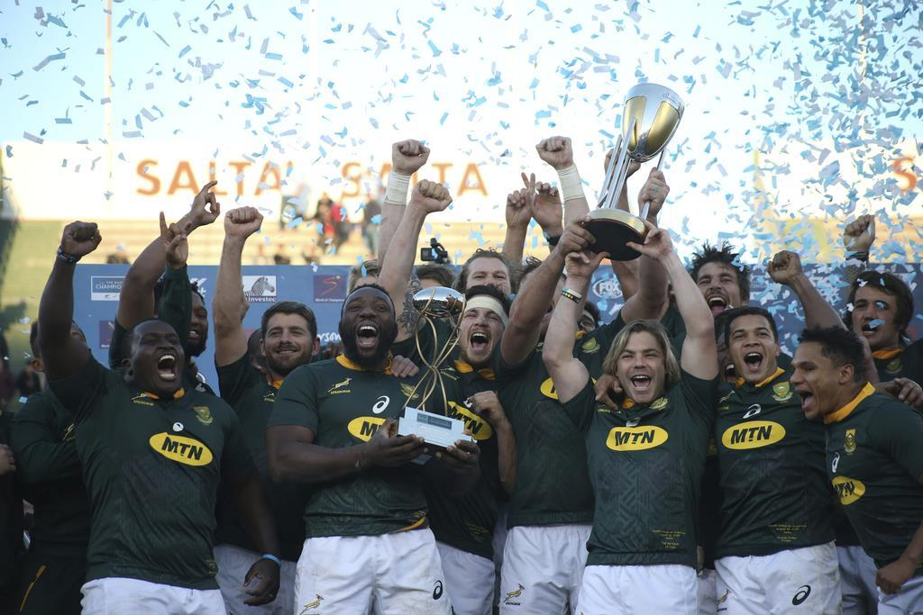 ラグビー南半球4カ国対抗で、アルゼンチンを下し優勝を喜ぶ南アフリカの選手ら(AP)