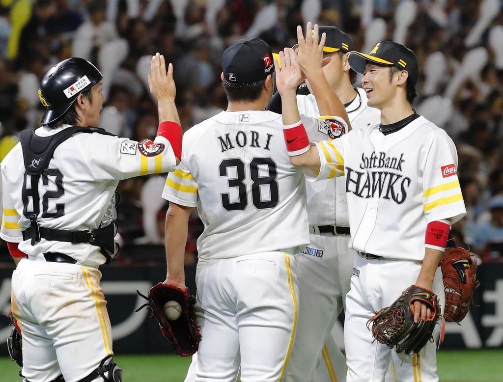 日本ハムに連勝しタッチする明石(右端)らソフトバンクナイン=ヤフオクドーム