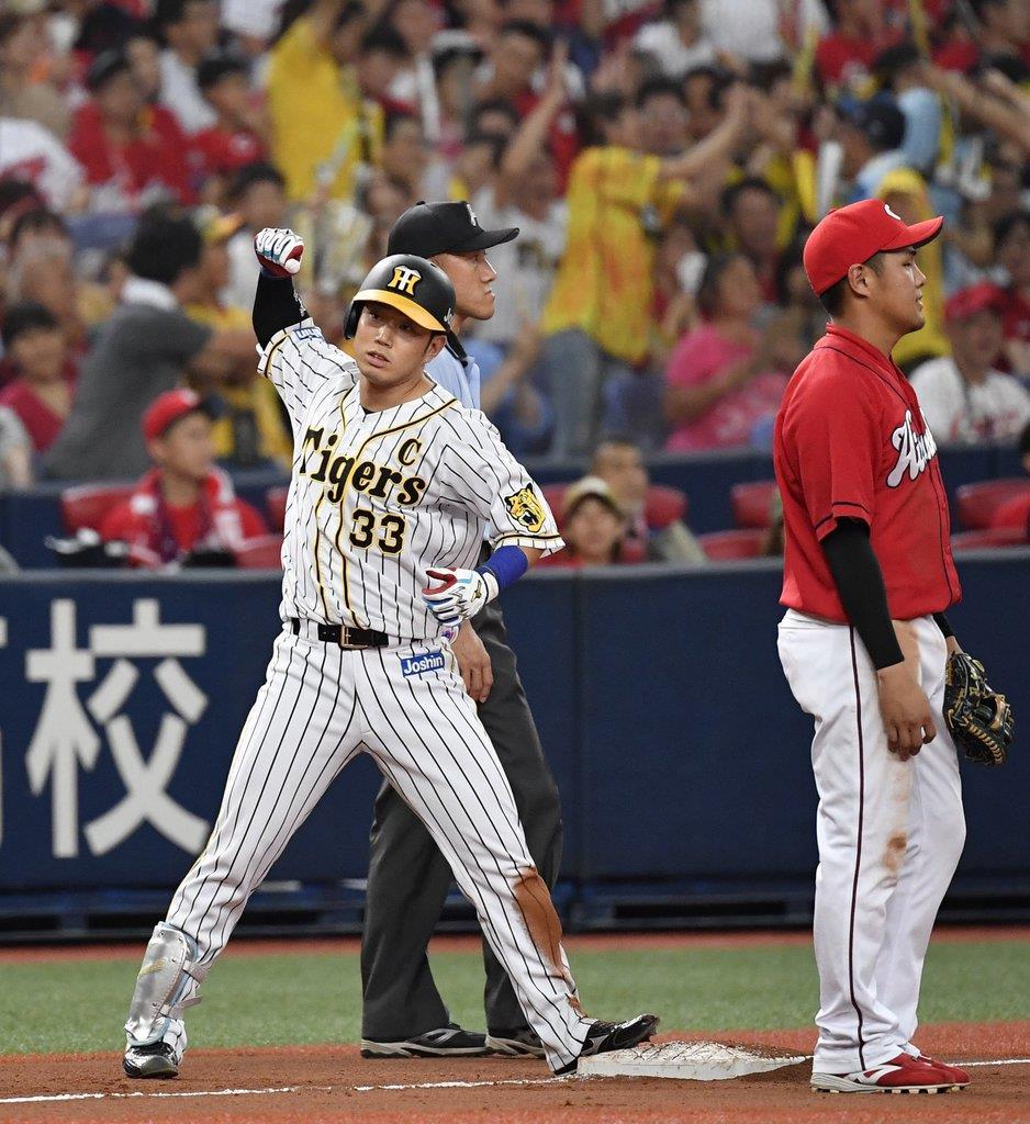 8回、同点二塁打を放ち、ガッツポーズの阪神・糸原=京セラドーム