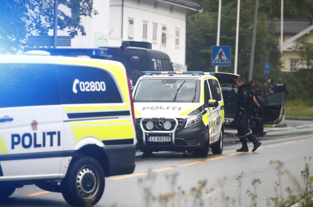 銃撃があったノルウェー・オスロ郊外のモスク前には、警察車両が集まった(AP)