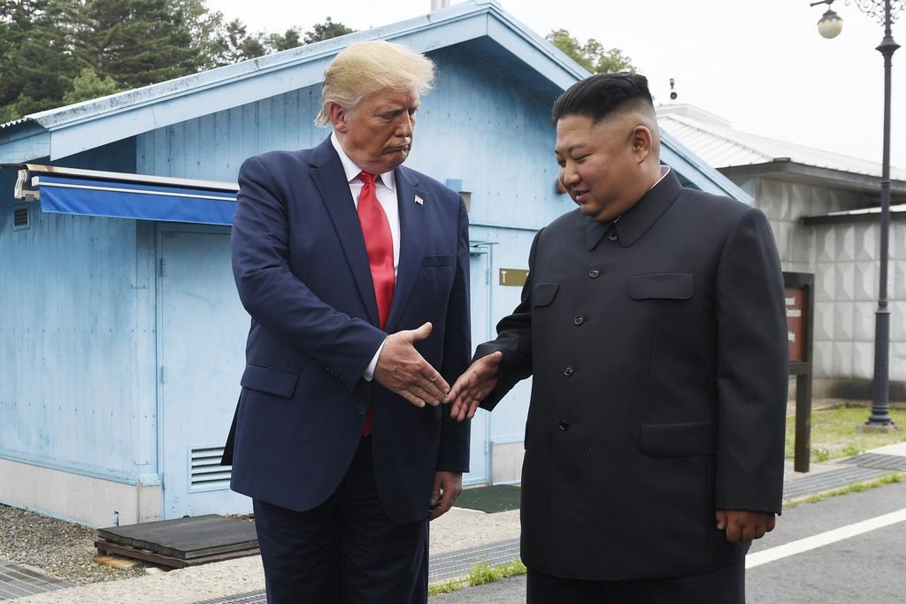 北朝鮮のミサイル発射が相次ぎ、米国のトランプ大統領(左)は交渉機運維持に腐心。譲歩重ねる懸念も(AP)