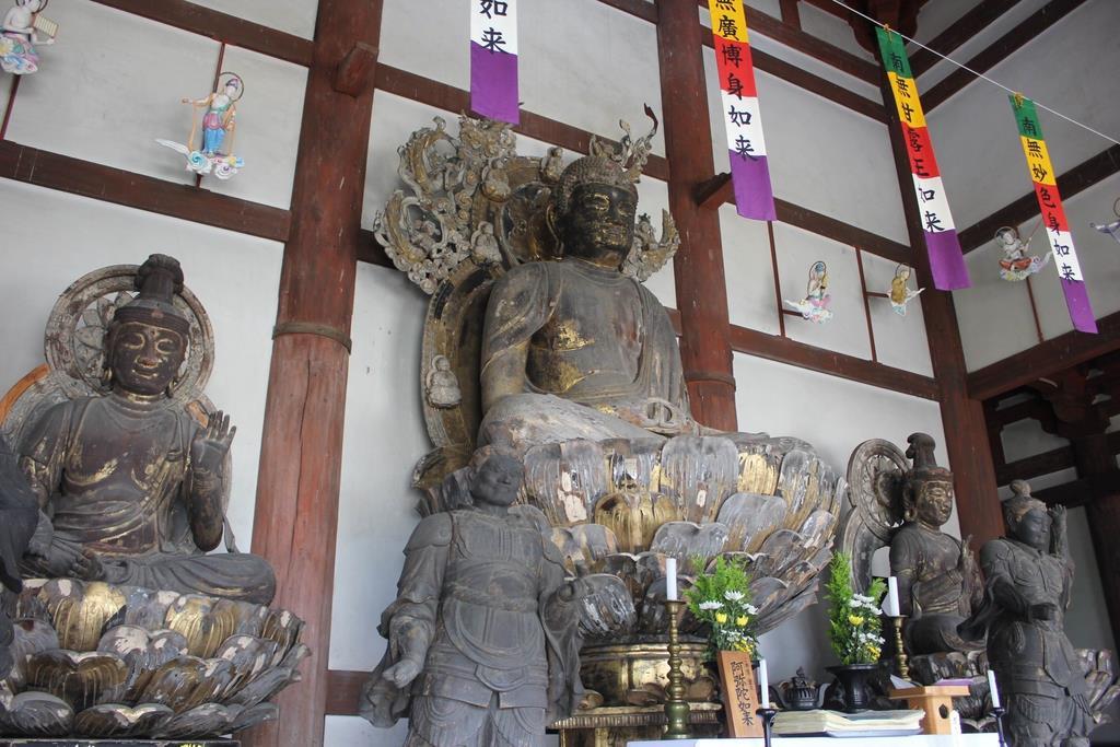 修理される喜光寺の本尊・阿弥陀如来坐像(中央)=奈良市