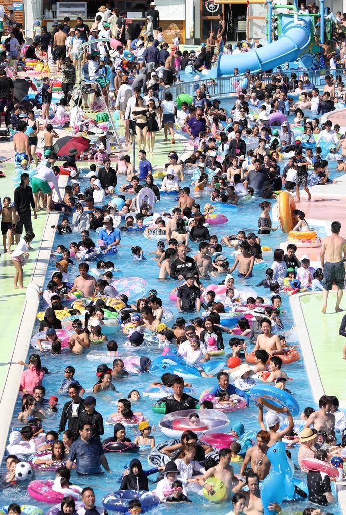 大勢の来場者でにぎわう「ひらかたパーク」のプール=11日午後、大阪府枚方市(彦野公太朗撮影)