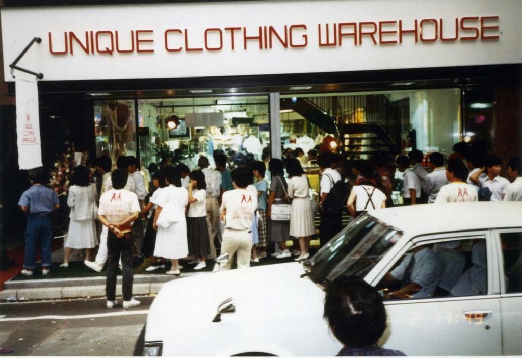 昭和59年6月2日午前6時、広島市中区袋町に「ユニクロ1号店」が開店。大行列となった