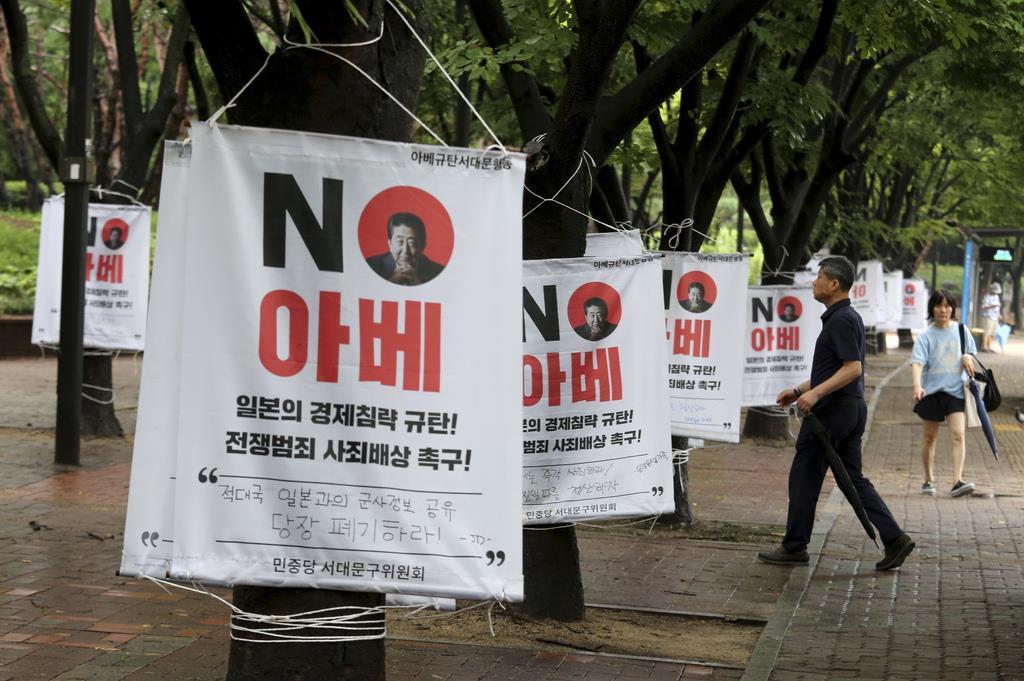 日本が韓国に実施した輸出管理厳格化を巡り、路上には安倍晋三首相を糾弾する掲示が多数張り巡らされていた=12日、ソウル(AP)
