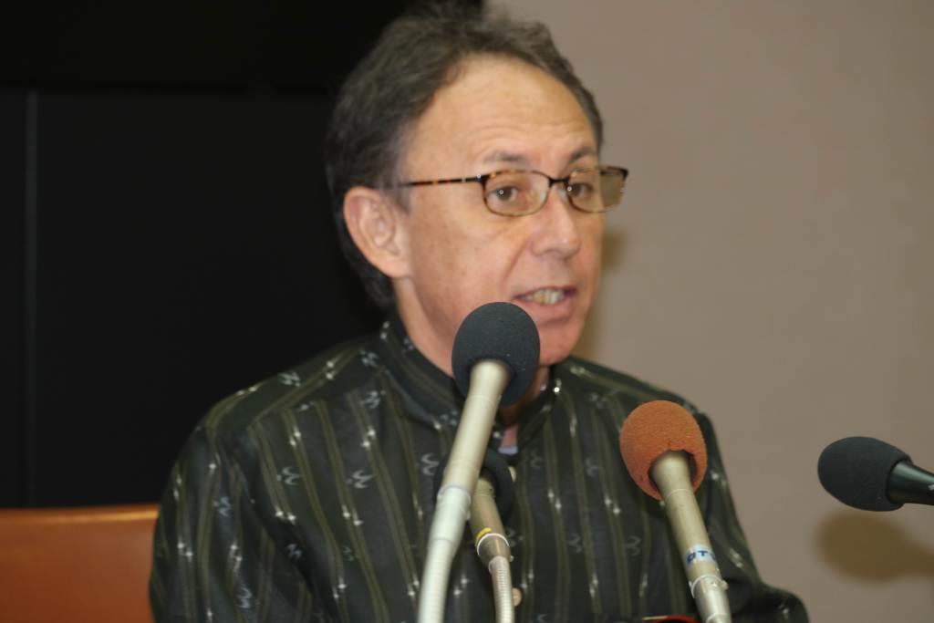 辺野古移設をめぐる提訴を発表する沖縄県の玉城デニー知事=7日午後、沖縄県庁