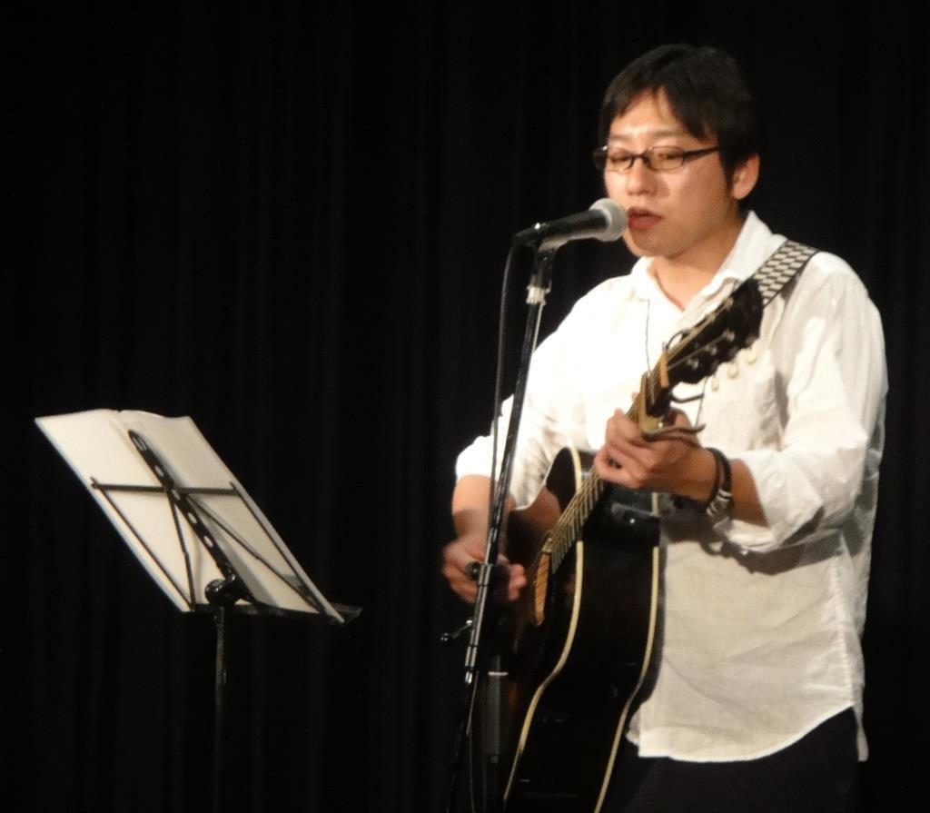 シンガー・ソングライターの小田貴音さんもチャリティーライブに参加した=7月、広島市西区