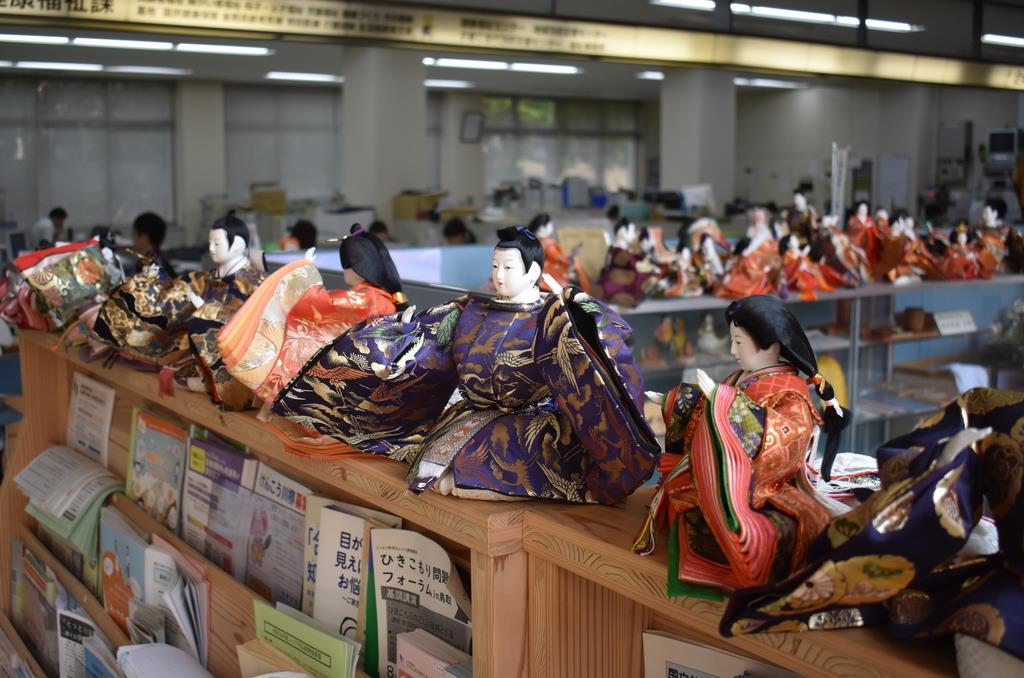 たくさんの人形が並ぶ町役場=8月、鳥取県日野町
