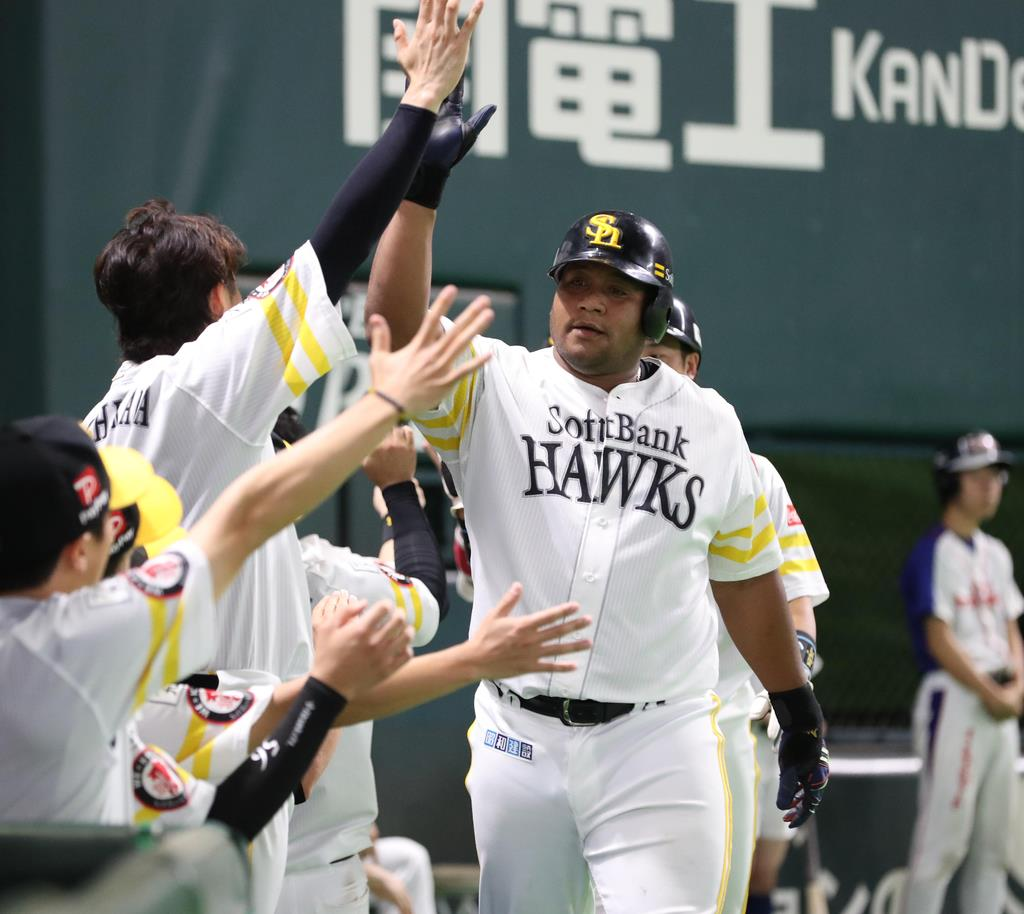 8回、ソフトバンクのデスパイネが本塁打を放つ =ヤフオクドーム(撮影・村本聡)