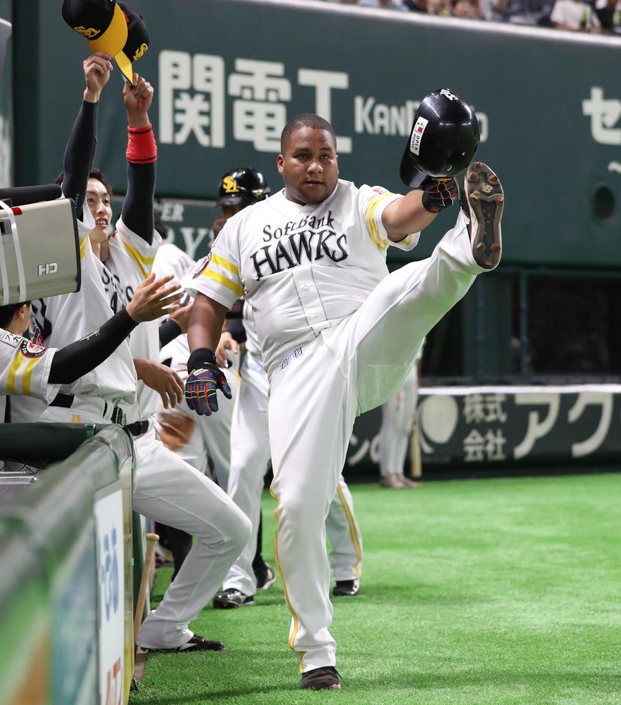 1回、ソフトバンクの主砲デスパイネが本塁打を放つ=ヤフオクドーム(撮影・村本聡)