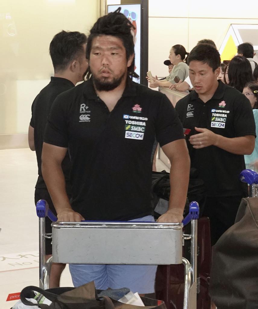 フィジー遠征から帰国したラグビー日本代表の堀江(左)=12日午後、成田空港