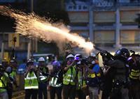 香港各地で再び抗議活動 警察が催涙弾、拘束者も