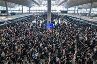 香港空港が全便運航取り消し デモ隊数千人がロビー占拠