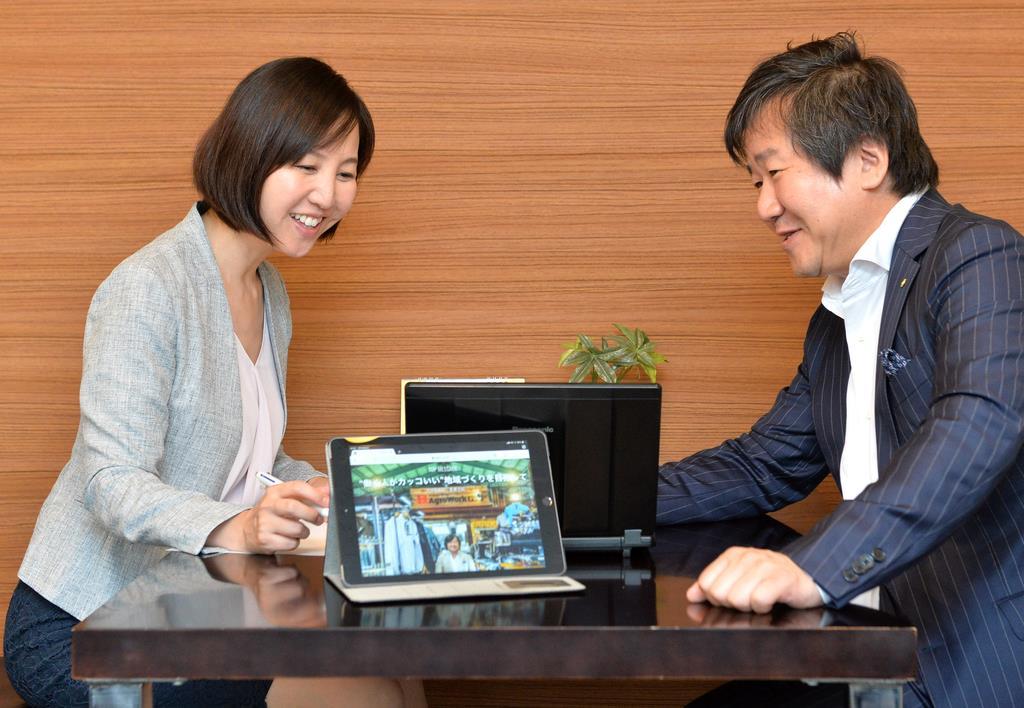 企業理念などについて取材し、短歌を詠む活動をしている高田ほのかさん(左)=大阪市北区(須谷友郁撮影)