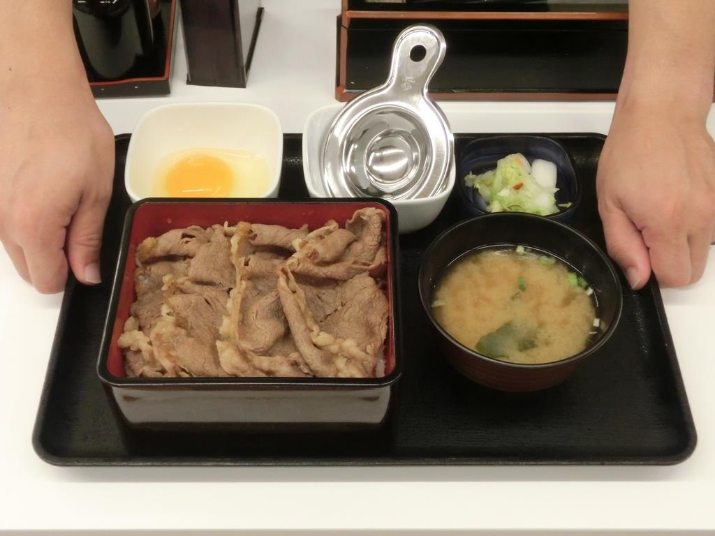 吉野家が14日から販売する「特撰 すきやき重」(860円)。北米産牛肉のサーロインの部位を約120グラム使用してボリューム満点に仕上げた=13日、東京都中央区の吉野家京橋店