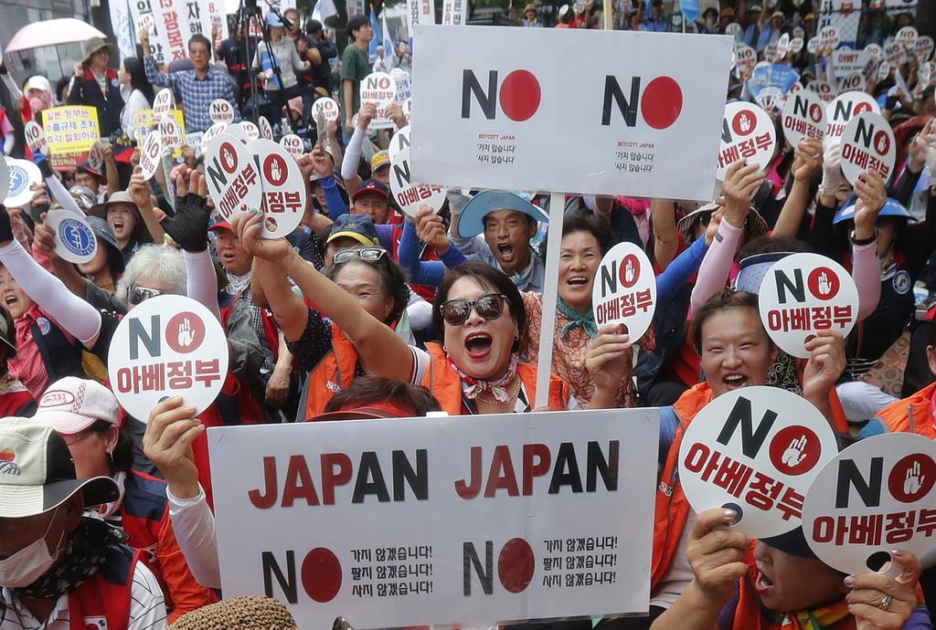 13日もソウルで、日本の対韓国輸出管理強化に抗議するデモが行われた(AP)
