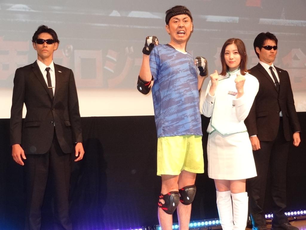 後方のハンターとともに写真撮影に臨んだ田中卓志と足立梨花=東京・台場のフジテレビ