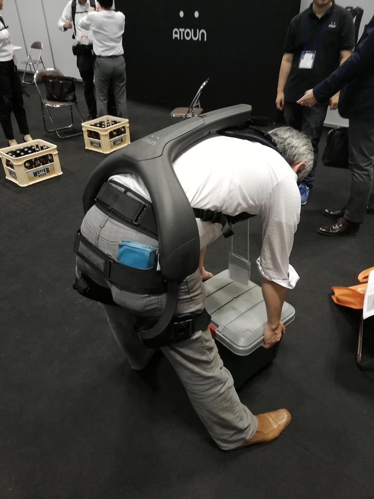 重い荷物を持ち上げるのをアシストしてくれるパワードウェア=6月、大阪市住之江区のインテックス大阪
