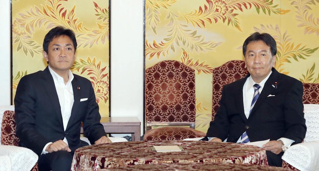 会談で国民民主党の玉木雄一郎代表(左)に衆院統一会派結成を呼びかけた立憲民主党の枝野幸男代表。即座に合意とはならなかった=8月5日、国会内(春名中撮影)