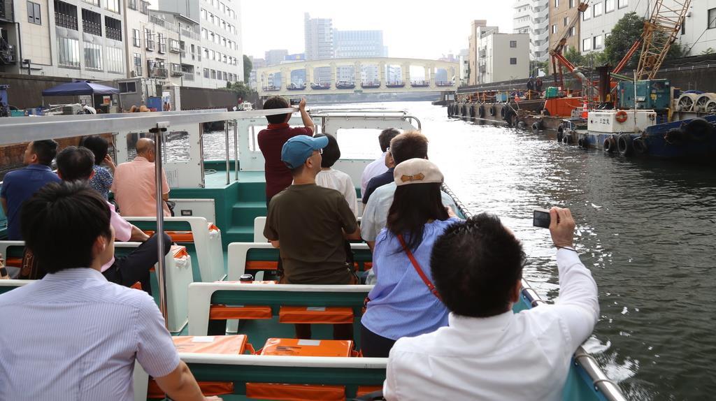 日本橋から晴海方面に向かう船=7月末、東京都中央区