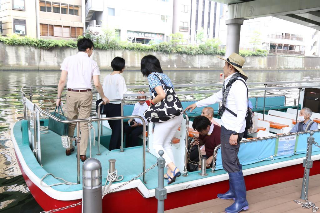 日本橋船着場から乗船する通勤者ら=7月25日、東京都中央区(松崎翼撮影)