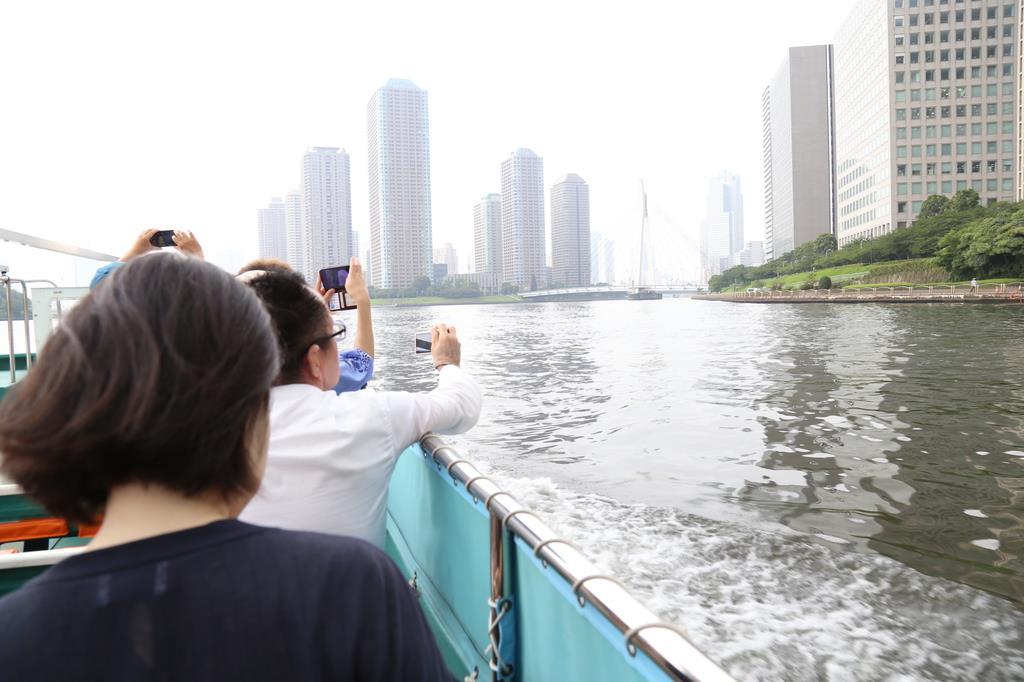 日本橋から晴海方面に向かう船=7月25日、東京都中央区(松崎翼撮影)
