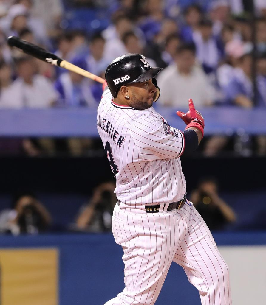 7回、適時二塁打を放つヤクルトのウラディミール・バレンティン=神宮球場(長尾みなみ撮影)