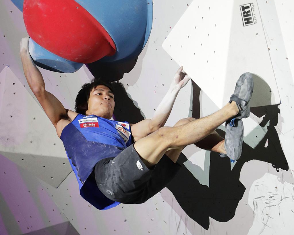 スポーツクライミングの世界選手権男子ボルダリングで、2大会ぶり2度目の優勝を果たした楢崎智亜=13日、東京都八王子市のエスフォルタアリーナ八王子