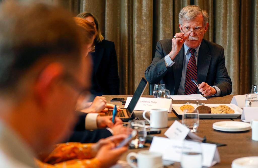 記者の取材に対応する訪英中のボルトン米大統領補佐官=12日、ロンドン(ロイター)