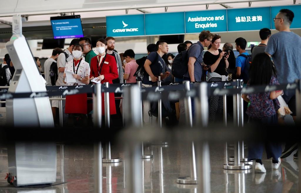 搭乗手続きを再開した香港国際空港=13日(ロイター)