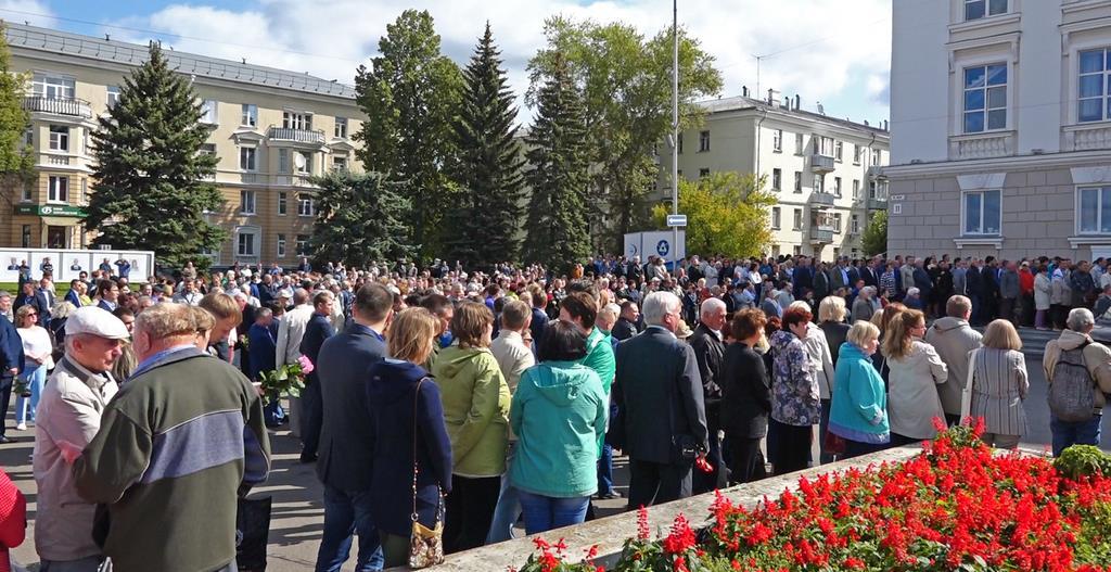 12日、ロシア北西部の軍事施設で起きた爆発事故で死亡した5人の従業員の葬儀に参列する人々 (AP)