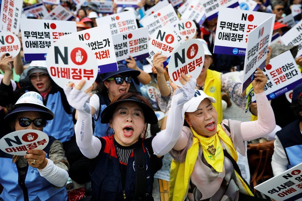 13日、ソウルでの反日デモで日本製品の排斥を訴える人々(ロイター)