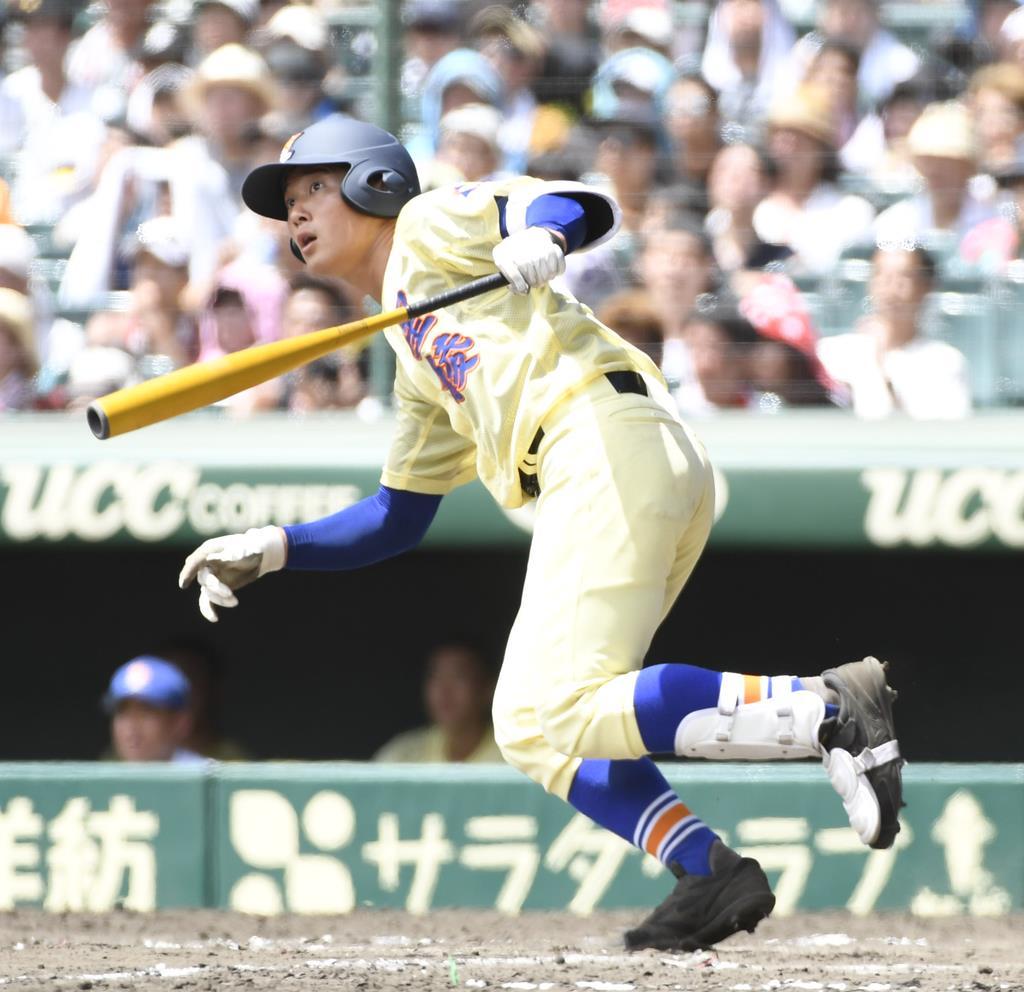 7回、二塁打を放つ星稜・福本陽生=甲子園球場(甘利慈撮影)