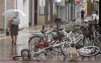 台風10号、西日本縦断へ お盆休み直撃、交通乱れも