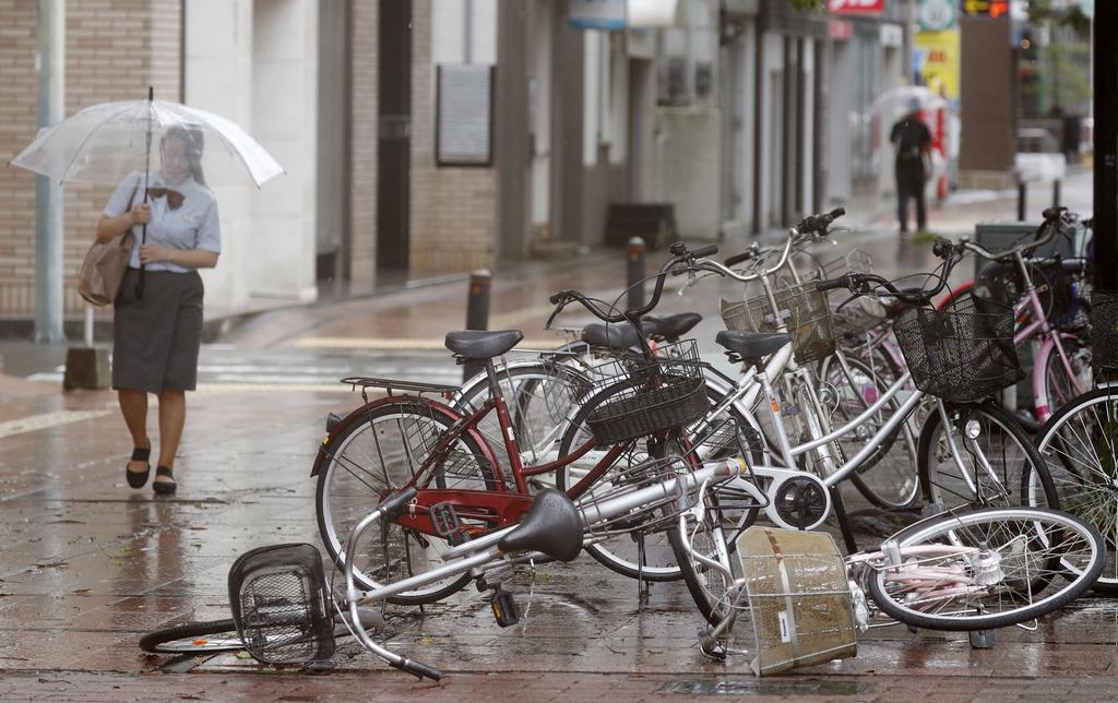 台風10号が接近している宮崎市の路上で倒れた自転車=14日午前10時36分