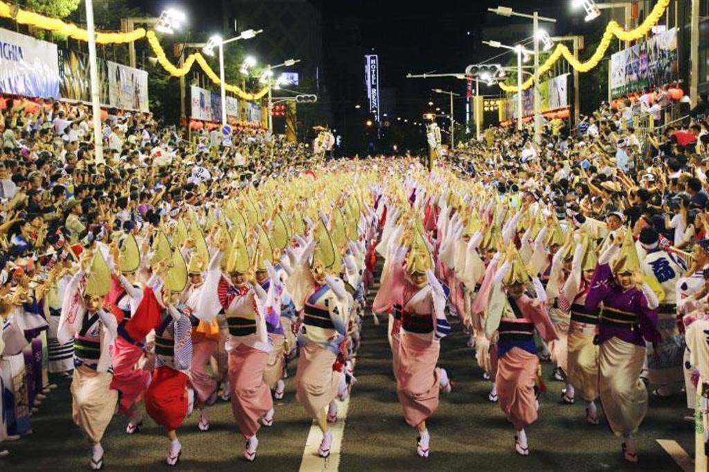 「阿波おどり」の総踊り=12日夜、徳島市