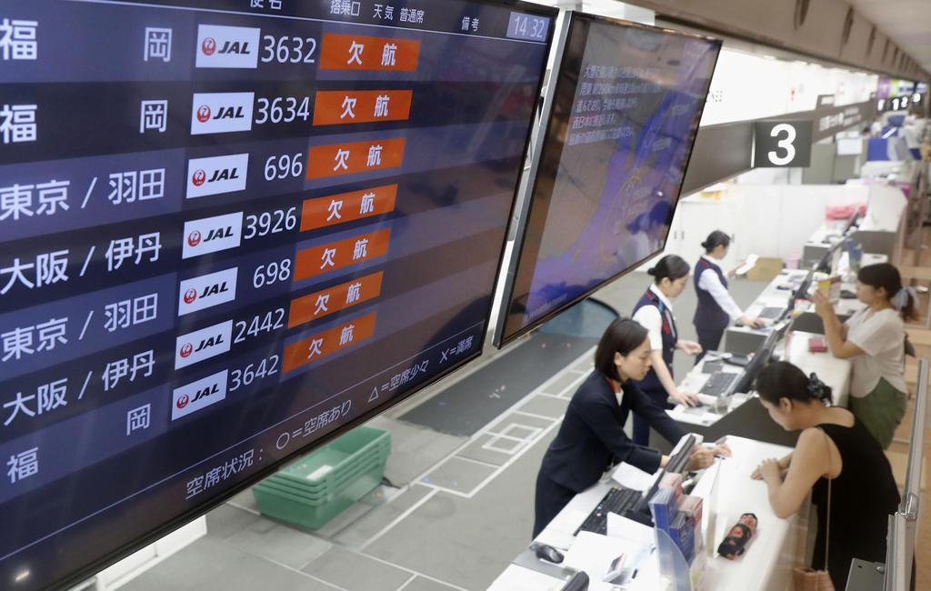 台風10号の影響で、全便が欠航となった宮崎空港の電光掲示板=14日午後