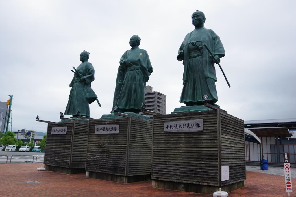 JR高知駅前に設置された武市半平太、坂本龍馬、中岡慎太郎の像(左から)