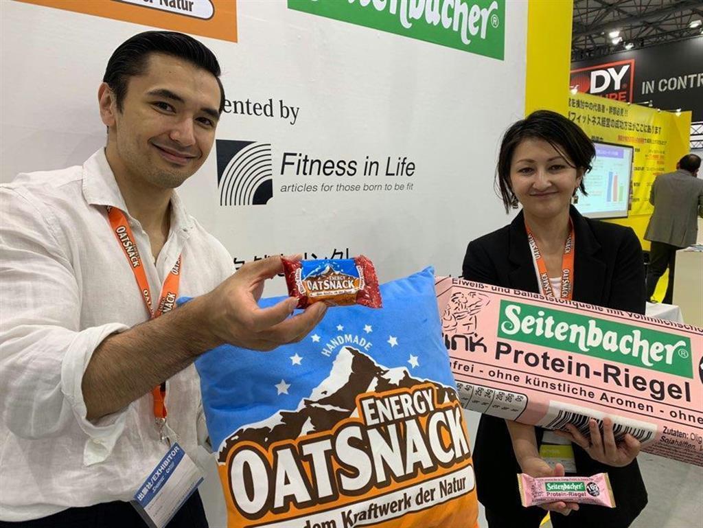 エナジーバーを手にする中村真利男(左)さんと佐藤マリナさん