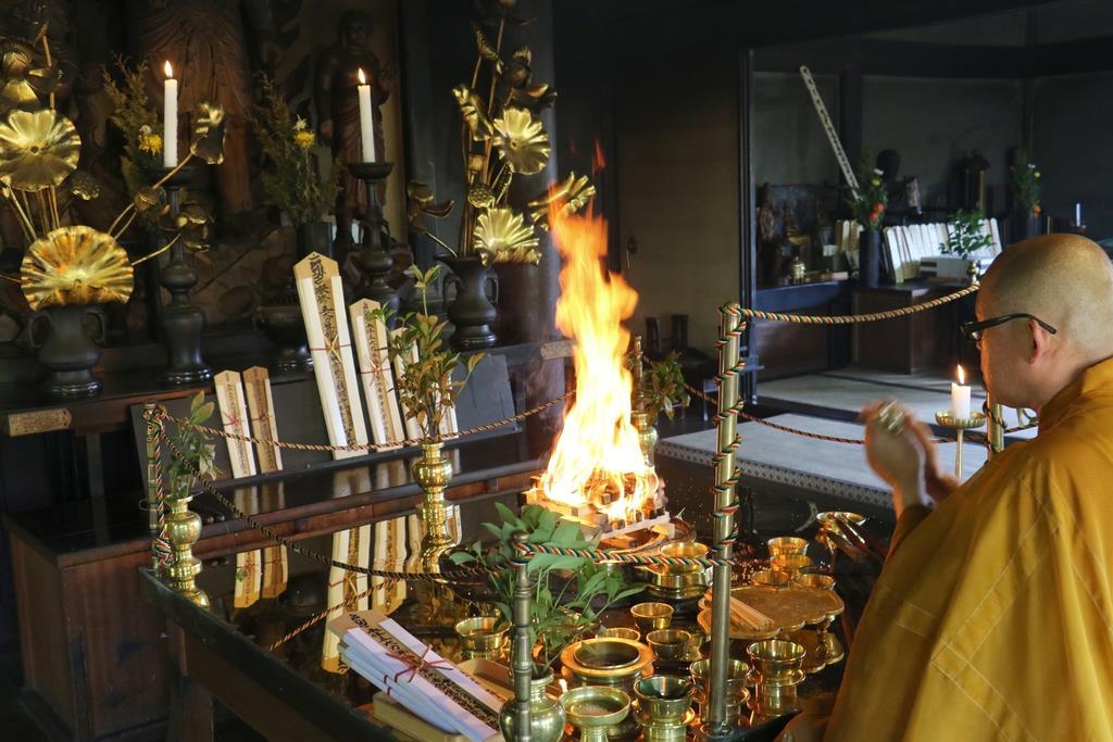 毎日行われる護摩焚きでは、京都アニメーションの負傷者の回復祈願も行われる=京都市伏見区