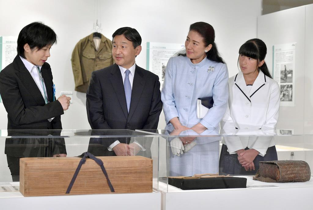 平成27年8月、先の大戦に関する特別展を見学された天皇ご一家=東京都千代田区(代表撮影)