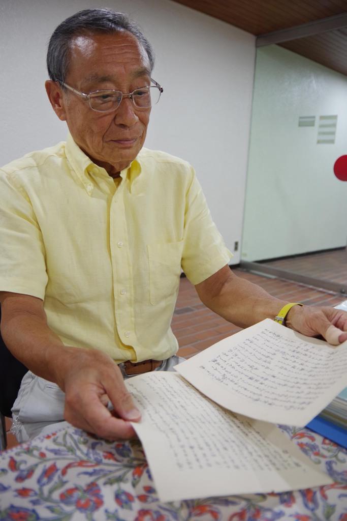 父、達吾さんが母、輝子さんにあてた手紙を読む河石達雄さん=兵庫県尼崎市