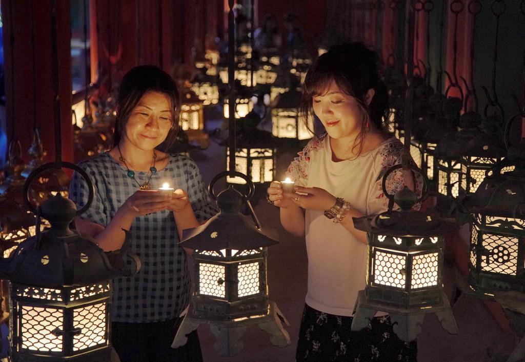 燈籠に火がともされ幻想的な雰囲気に包まれた春日大社=14日午後、奈良市(恵守乾撮影)