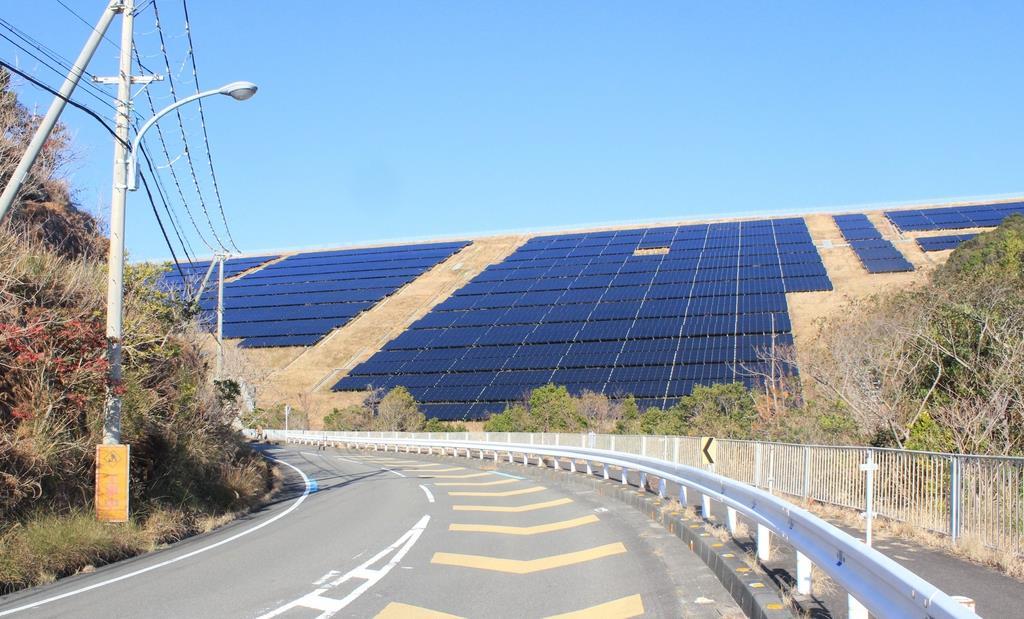 南紀白浜空港の敷地内に完成した太陽光発電所=和歌山県白浜町