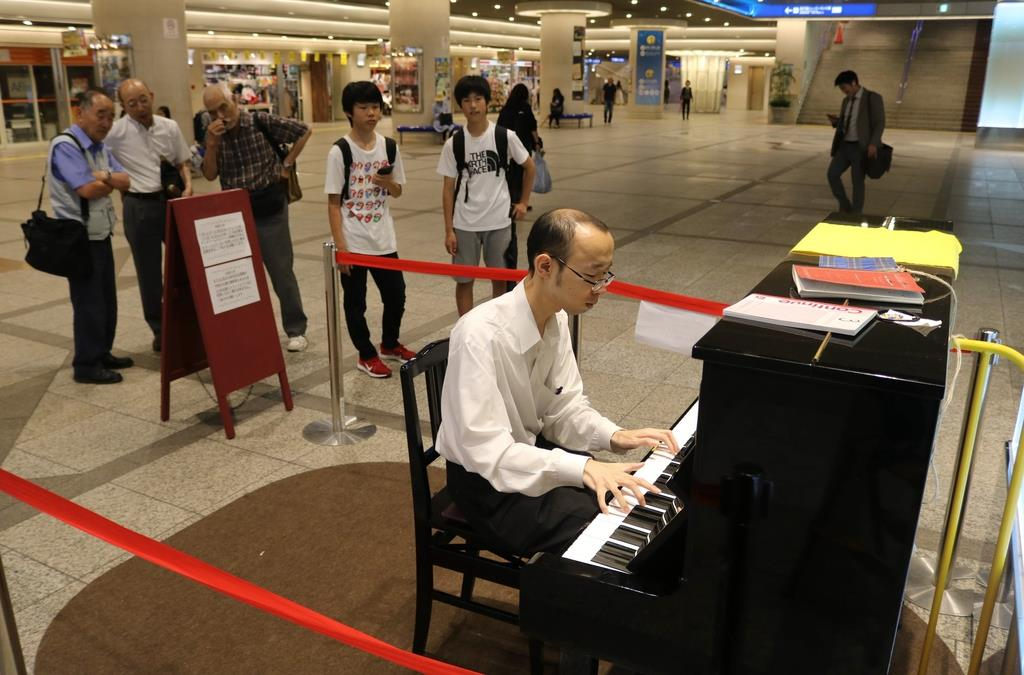 地下商店街「デュオこうべ」のストリートピアノで演奏する男性=神戸市中央区(木下未希撮影)