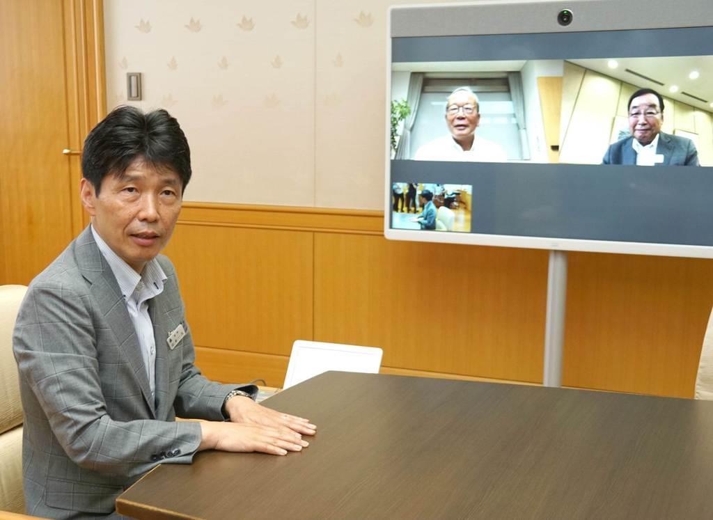 知事室に設置されたテレビ会議システムを公開する群馬県の山本一太知事=14日、同県庁(柳原一哉撮影)