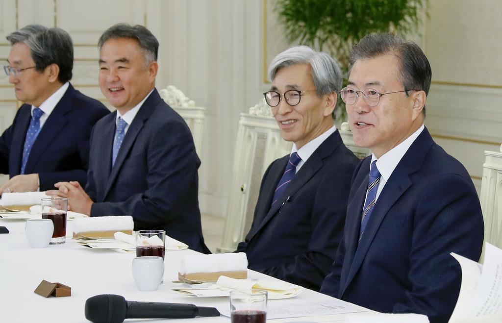 韓国の文在寅大統領(右端)=14日、ソウルの大統領府(聯合=共同)