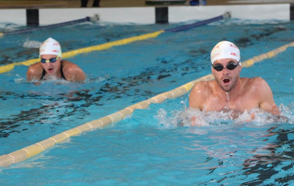 プールでスイムの練習をする選手たち=那須塩原市高柳のにしなすの運動公園