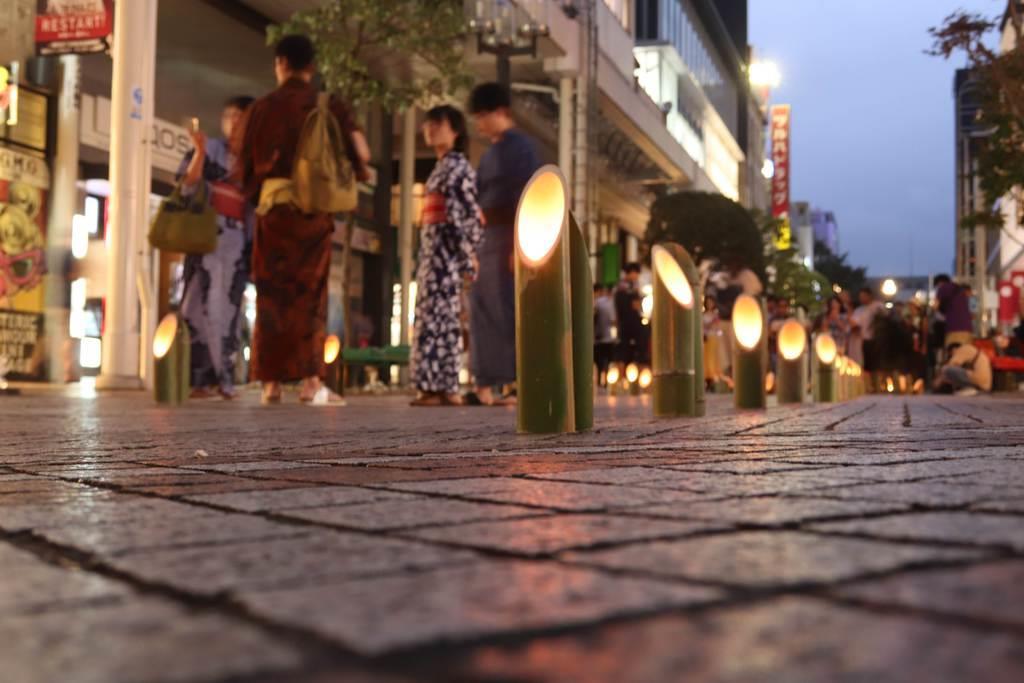 ろうそくで火がともされた竹灯り=13日、仙台市青葉区(塔野岡剛撮影)